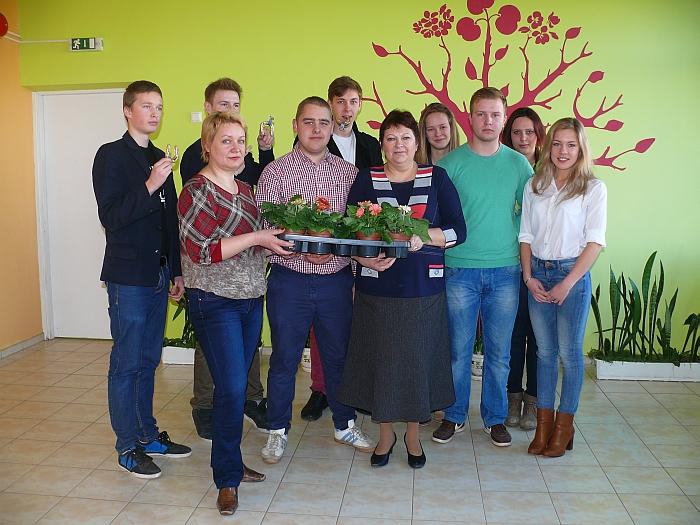 Svečiai buvusiai savo mokyklai papuošti atvežė gėlių, o pedagogės jiems atsilygino simbolinėmis laimės pasagėlėmis.