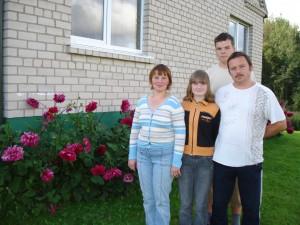 Jaukioje sodyboje tvarkosi visa Andrikonių šeima: (iš kairės į dešinę) mama Laima, dukra Indrė, sūnus Donatas ir tėtis Jonas.