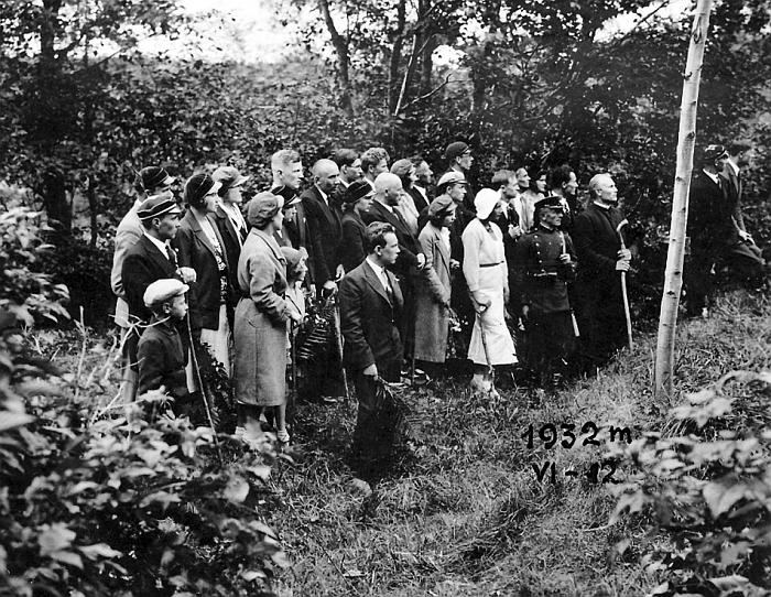 Kunigas Nikodemas Švogžlys su 'Vilnijos' ir kitų korporacijos nariais prie Lietuvos ir Lenkijos demarkacinės linijos. Autorius nežinomas, 1932m. Valstybinio Kernavės kultūrinio rezervato direkcijos archyvas
