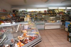Jaunos Šilalės rajono verslininkės atgaivinta kaimo parduotuvė jau po metų pradėjo nešti pelną.