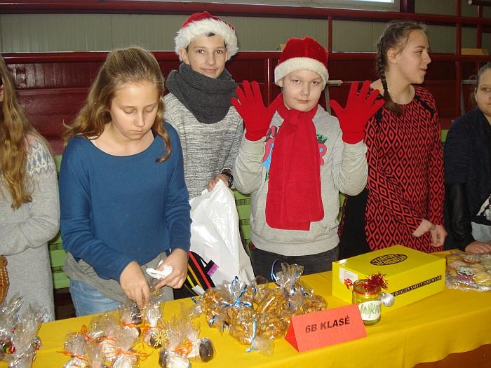 """Gerumo ir paramos akcijoje """"Pyragų diena"""" savo kepinius pardavinėjo 108 kepėjai - """"Atžalyno"""" progimnazijos mokiniai."""
