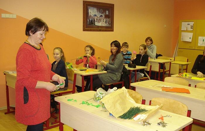 Janina Ošenienė kūrybinėse dirbtuvėse mokė, kaip pasigaminti saldainių puokštę Kalėdoms.