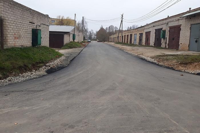 Išasfaltuotas įvažiavimas prie Kalnalaukio rajono garažų.