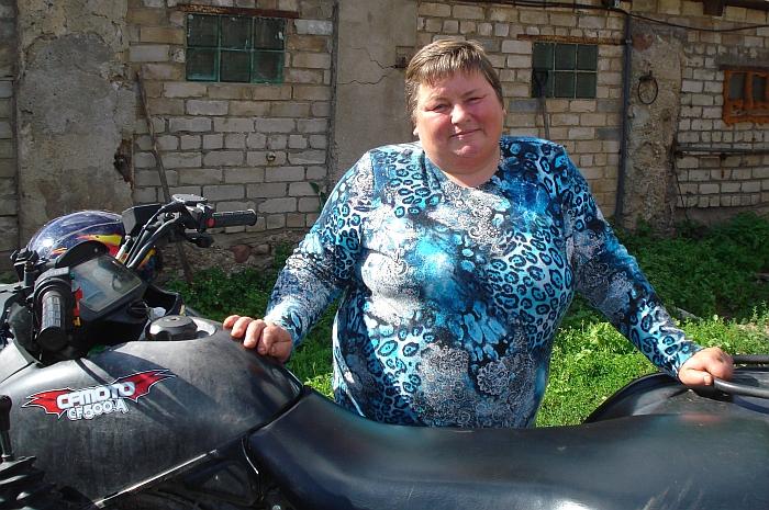 """Zibaluose pienininkystės ūkį turinti Lionė Kamilevičienė: """"Visa laimė, kad nesame dalyvavę Europos Sąjungos paramos programose, neturime jokių įsipareigojimų, todėl karves bet kurią minutę galime parduoti."""""""