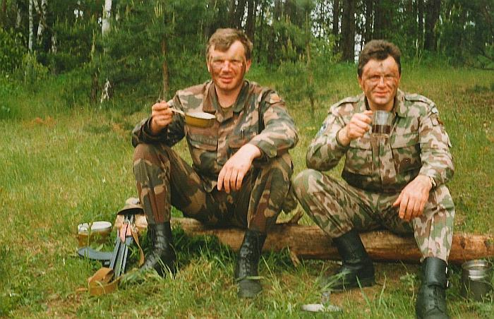 1998 metų liepos mėnuo. Raimondas Miliukas ir Antanas Kanapienis trumpos poilsio valandėlės metu karinėje bazėje Vilniuje.