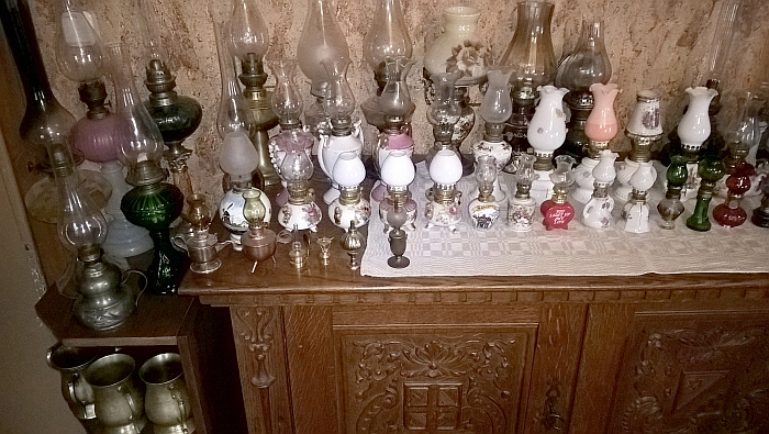 Namus puošia žibalinių lempų kolekcija.