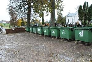 """Prie Širvintų kapinių sukalta didelė dėžė su užrašu """"Tik žaliosios atliekos"""", o šalia išrikiuoti aštuoni tušti konteineriai. Fotografuota spalio 23-iąją. Spalio 26-ąją jie buvo pilnutėliai, tačiau komunalininkai vėl juos ištuštino. Iki savaitės pabaigos, neabejotina, konteineriai bus pilni."""""""