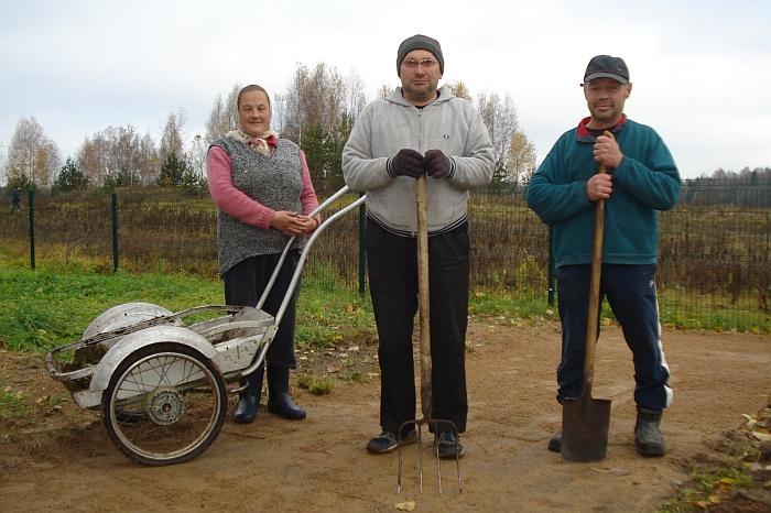 Vėlinių išvakarėse Kiauklių kapinėse baigiamuosius darbus dirbo kiaukliečiai (iš kairės į dešinę) Lina Petkevičienė, Ričardas Petkevičius ir Arvydas Matijošius.