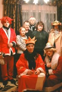 """Trijų Karalių svita sugužėjo į """"Linksmųjų močiučių"""" ansamblio vadovės Danutos Stundienės kiemą."""