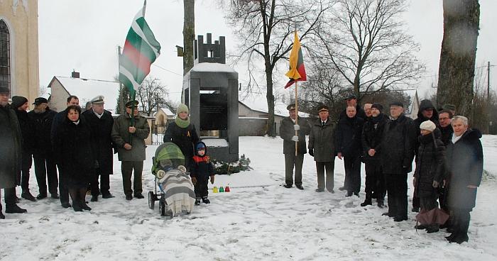 Prie paminklo Nepriklausomybės kovų savanoriams buvo uždegtos atminimo žvakutės.