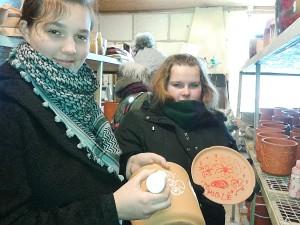 Susipažinę su bendrovės darbuotojų darbu, ir mokiniai galėjo pabandyti dekoruoti vazonus.