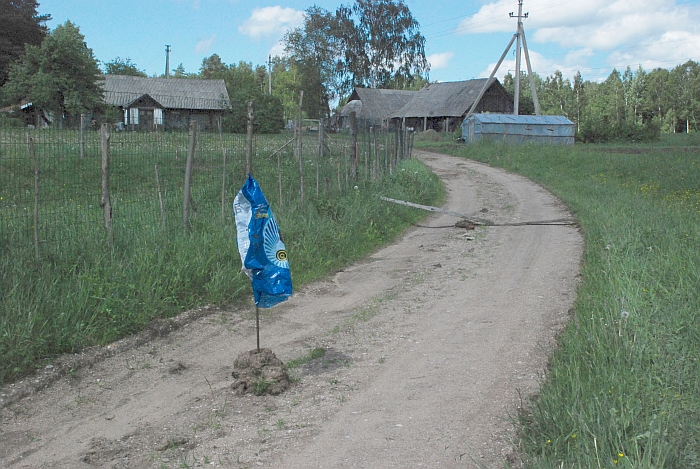 Ginčijamas kelias suka tiesiai per G. B. kiemą. 2013 metų nuotr. iš ŠK archyvo.
