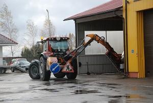"""Traktorius """"Valtra"""" greitai """"išsivaduos"""" nuo pakelėms šienauti skirtos krūmapjovės. Techniką pavertus buldozeriu, juo bus talkinama komunalininkams, jei šiems prireiktų pagalbos."""