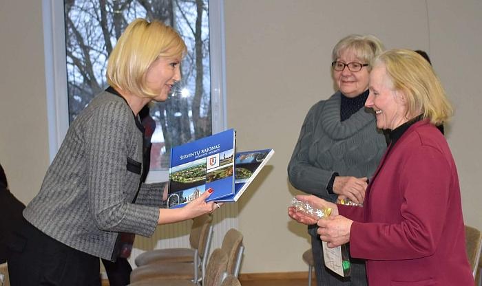 Merė Živilė Pinskuvienė maloniai pabendravo su atėjusiomis pažiūrėti koncerto žiūrovėmis.