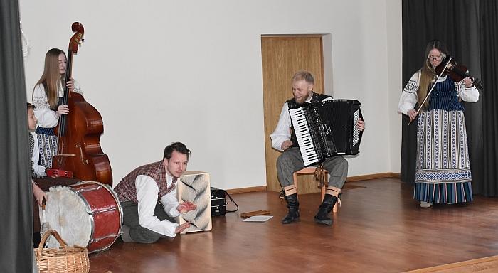 Muzikinius triukus atliko Aivaras Jurkevičius (trečias iš dešinės).