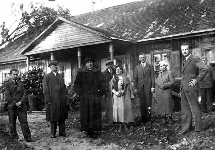 Senosios sostinės lankytojai prie Kernavės klebonijos (radzima.org)