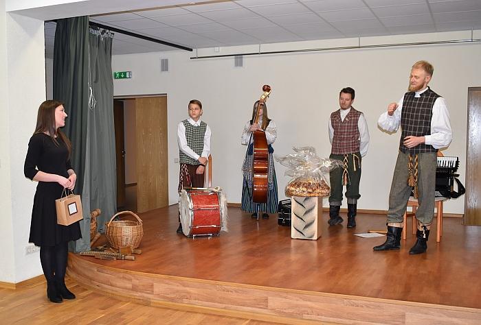 Kernavės saviveiklininkus pasveikino Širvintų kultūros centro direktorė Rytė Bareckaitė.