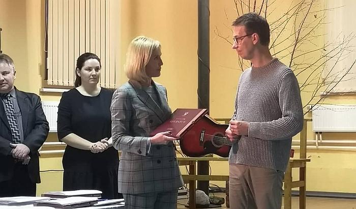 Merės Živilės Pinskuvienės dovana garbiam svečiui Vytautui Kernagiui jaunesniajam.