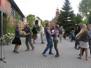 Gražiai sutvarkytame kieme pernai vyko smagi šokių vakaronė.