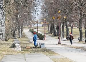 Anot Kernavės seniūno, viešuosius darbus atliekantys gyventojai nemažai padeda tvarkyti aplinką.