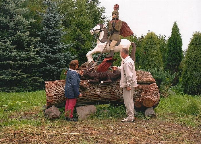 Širvintiškis tautodailininkas Kęstutis Norušis išdrožė Šv. Jurgį, jojantį ant žirgo ir rankoje laikantį ietį, kuria duria į po kojomis besirangantį slibiną - blogio ženklą.