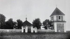 1876 metais perstatyta varpinė ir akmenų mūro tvora aptvertas šventorius. Fotografijoje matyti iki 1909 metų stovėjusios Kiauklių bažnyčios pastatas.
