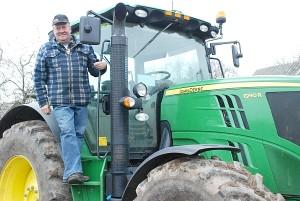 """Virginijus Kiecorius džiaugiasi patogiu """"John Deere"""" traktoriumi 6190R."""