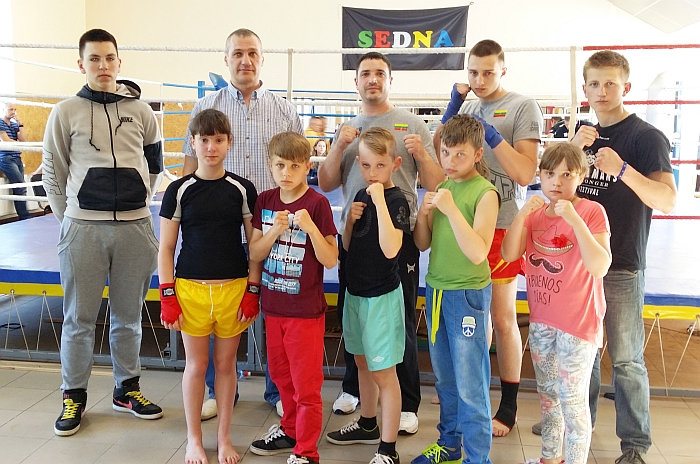 """""""Status Unifight"""" komanda dalyvavo atvirame Latvijos kadetų čempionate. Antroje eilėje antras iš kairės - Lietuvos kikbokso prezidentas Aleksandras Pavlovas."""