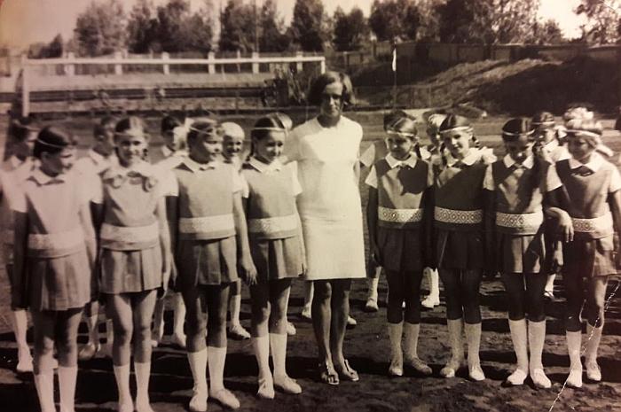 Zibalų mokyklos šokėjai su būrelio vadove mokytoja Irena Rozenbergaite (centre). 1970 m.