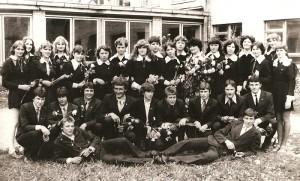 11c klasės abiturientai su klasės auklėtoja Elena Randakevičiene 1981 metų pavasarį.