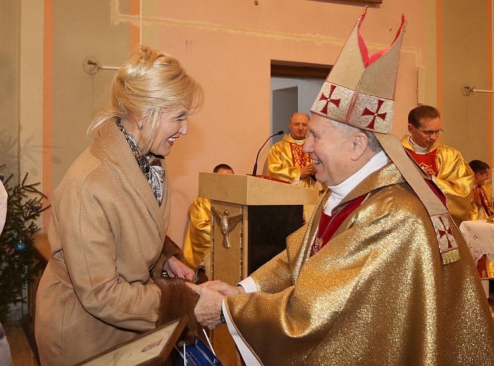 Merė Ž. Pinskuvienė įteikė padėką vyskupui emeritui Juozui Matulaičiui.