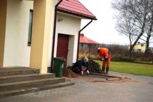 Statybininkai, apie kuriuos vicemeras esą nieko nežinojo, ketvirtadienio rytą tvarkė aplinką palei pat jo namo laiptus.