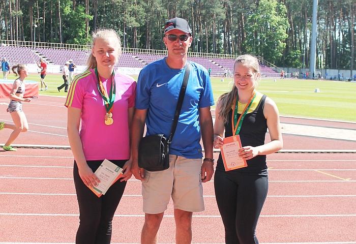 Žinutės autorius Algimantas Kmitas ir prizininkėmis tapusios lengvaatletės Lina Surgelaitė ir Laura Jankovskytė.