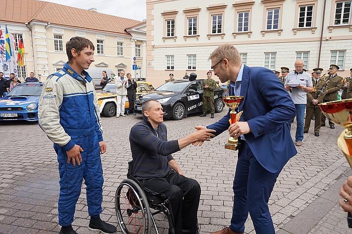 Socialinės apsaugos ir darbo ministras Linas Kukuraitis apdovanoja (iš kairės) Vytauto Barecko ir Algimanto Kojo ekipažą.
