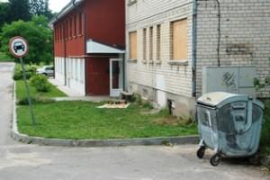 Ar į šį atliekų konteinerį atliekas verčia tik čia gyvenantys žmonės?