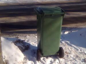 """Žiemą prie išvalyto kelio stovintys konteineriai  yra ištuštinami, o toliau nuo tokių kelių gyvenantys žmonės skundžiasi negaunantys paslaugos. Tačiau sąskaitos už nesuteiktas paslaugas vis dėlto išrašomos. Užuot džiaugęsi, kad atokių vienkiemių gyventojai atsisako nuostolingo bendradarbiavimo, """"šiukšlininkai"""" su jais bylinėjasi dėl susidariusių kelių dešimčių litų skolų."""