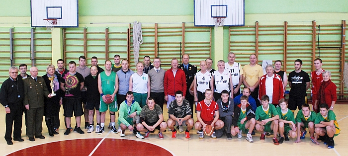 2014 m. lapkričio 22 diena. Krepšinio turnyro dalyvių ir organizatorių bendra nuotrauka prisiminimui.