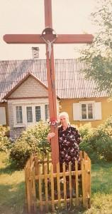 Prie kryžiaus - Stasės Karpavičienės mama.