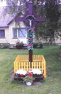 Vasarą kryžių nuolat puošia gėlės...