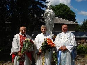 25 metų kunigystės jubiliejų švenčiantis kunigas Antanas Jasionis (centre) su Dubingių parapijos kunigu Anton'u Zavalskij (kairėje) ir Gelvonų parapijos kunigu Viliumi Kiškiu (dešinėje) po sekmadienio Šv. Mišių Kiauklių bažnyčios šventoriuje.