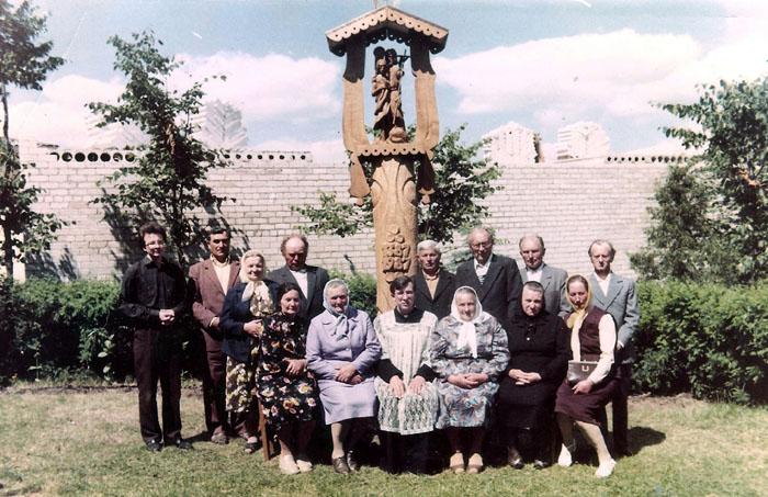 Klebonas Rokas Puzonas (sėdi centre) drauge su Kiauklių parapijos žmonėmis.