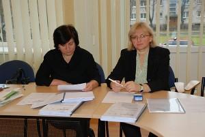 Į viešąjį susirinkimą dėl teritorijos prie Kalnalaukio g. 10a, parengto detaliojo plano neatėjo nė vienas žmogus. A. Kažienė (kairėje) ir D. Kunevičienė liko sėdėti vienos.