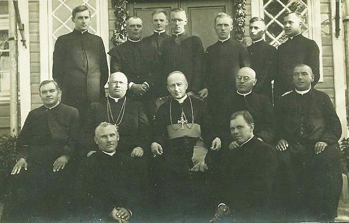 Kaišiadorių vyskupo Juozapo Kuktos apsilankymas Musninkuose. 1935 m. rugpjūčio 13-14 d. Ant laiptų už visų - Zenonas Baužys (limis.lt)