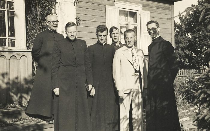 Romos katalikų bažnyčios kunigai. Pirmas iš dešinės - Musninkuose kurį laiką vikaravęs Petras Valatka (archyvai.lt).
