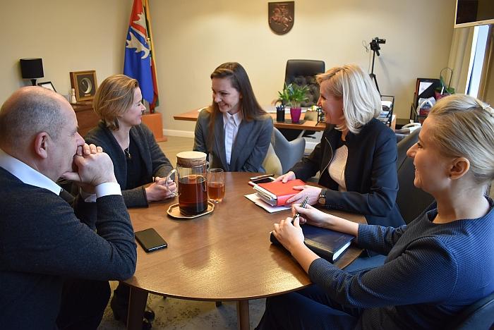 Malonus pokalbis us Dalia Kutkaite (antra iš kairės)