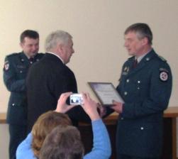 Vilniaus apskrities VPK viršininko pavaduotojas Sigitas Mecelica įteikė padėką Kęstučiui Lelevičiui.