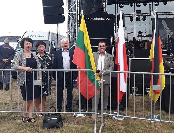 Širvintiškiai Rasa Tamošiūnienė, Irena Vasiliauskienė, Mečislovas Pliukšta ir Remigijus Bonikatas prie Lietuvos vėliavos.
