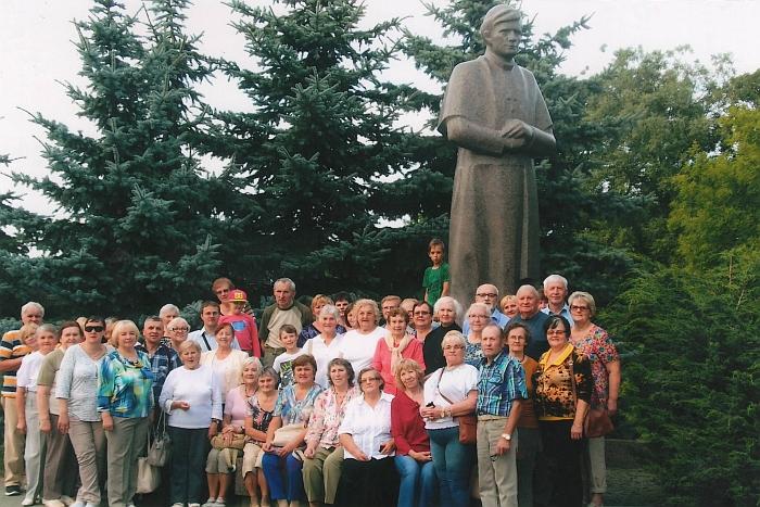 Ekskursantų grupė prie Seinuose Antanui Baranauskui atminti pastatyto paminklo