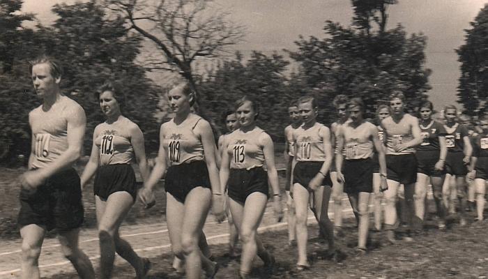 Žygiuoja Musninkų vidurinės mokyklos lengvosios atletikos komanda. Priekyje - Leonas Vaicekauskas.