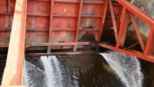 Atplyšusi hidrotechnikos statinio uždorio sandarinimo guma, todėl įrenginys gana stipriai leidžia tvenkinio vandenį.